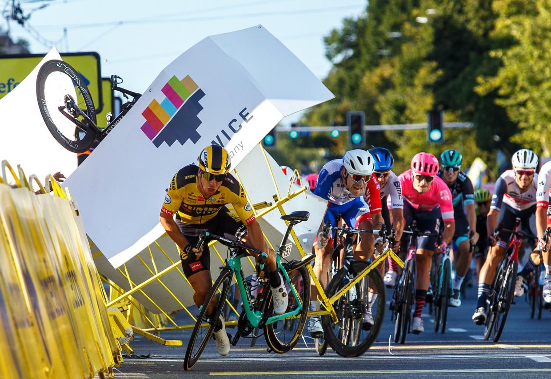 Het moment van de crash: Dylan Groenewegen wijkt in volle sprint uit waardoor Fabio Jakobsen in volle vaart in de dranghekken knalt.  Beeld EPA