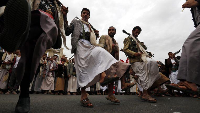 Gewapende supporters van de Houthi's demonstreren in Sanaa tegen de luchtaanvallen van de coalitie onder leiding van Saoedi-Arabië. Beeld epa