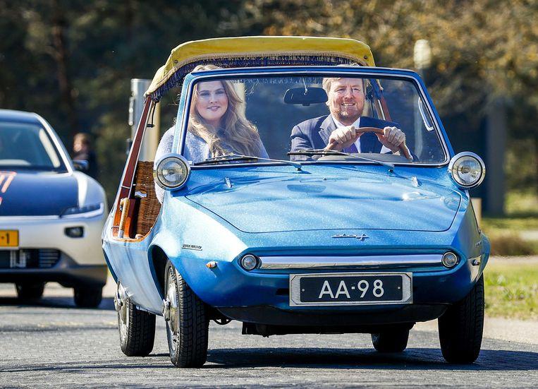 Koning Willem-Alexander begon de viering van zijn verjaardag achter het stuur van de koninklijke DAF Kini . Zijn dochter, prinses Amalia, zit naast hem. De autofabrikant schonk het voertuig bij de geboorte van de koning in 1967 aan de koninklijke familie.  Beeld ANP