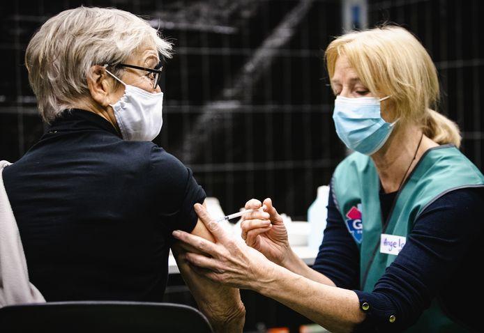 Een GGD-medewerker dient een coronavaccin toe op Ameland.