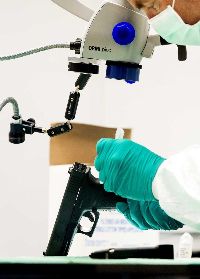 Medewerkers verrichten forensisch onderzoek. Beeld anp