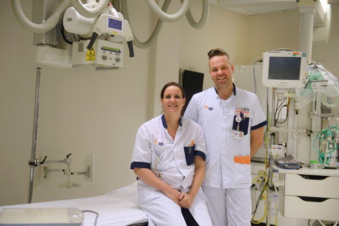 Jolein Huttenhuis en Jelmer van der Burg van de spoedeisende hulp van ZGT Almelo. Samen met vijf andere collega's figureren ze in de nieuwe reality-docu Team Spoedeisende Hulp van RTL 5.