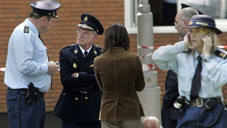 De Amsterdamse hoofdcommissaris Van Riessen (tweede van links) overlegt op de plaats waar Willem Endstra werd vermoord, in mei 2004. © ANP Beeld