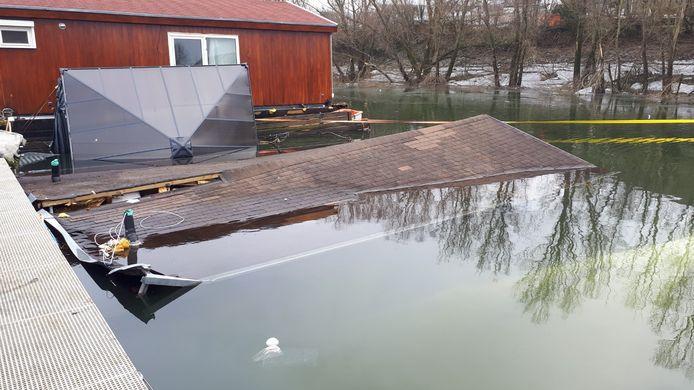 De gezonken woonboot in de haven van Tolkamer. De schade loopt in de tienduizenden euro's, schat de havenmeester.