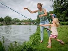 Iedereen in Enschede wil vissen, maar die maden zijn zo vies