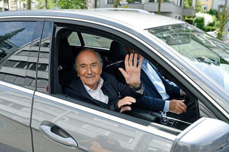 Sepp Blatter bleef opgewekt kijken als hij zich weer moest melden bij justitie in Zürich. Beeld AP