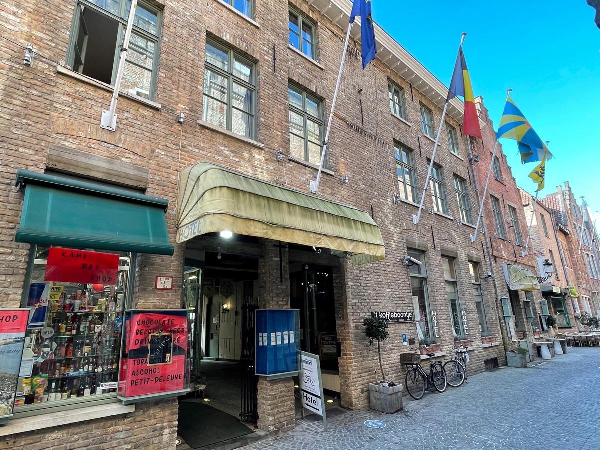 Hotel 't Koffieboontje in de Hallestraat wordt voor een maand gesloten, na inbreuken tegen de coronamaatregelen.
