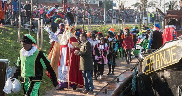 Burgemeester Van Schaik, hier naast Sinterklaas tijdens de aankomst in 2018, zoekt oplossingen voor de intocht van dit jaar, zonder stereotype Zwarte Pieten.