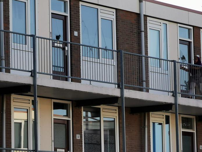 Vernielde ruiten in de flat aan de Jan Th Tooroplaan in Ede.