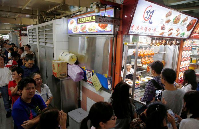 Mensen drommen samen voor de eetkraam van Maleisische chef Chan Hong Meng net nadat hij in 2016 door Michelin is beloond met een heuse ster.