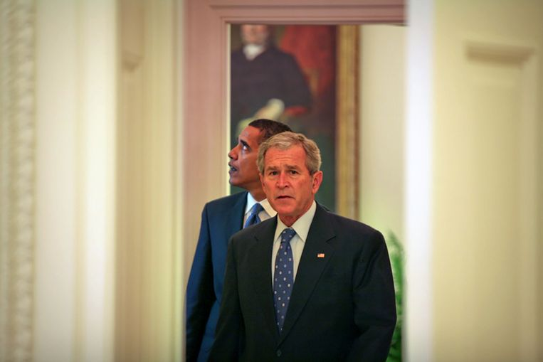 President George W. Bush leidt zijn opvolger Obama rond in het Witte Huis. Beeld Arun Chaudhary