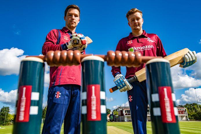 Victor Lubbers en Gijs van der Molen (rechts) zijn blij dat zij wel weer in competitieverband mogen uitkomen, al gelden coronaregels ook op het cricketveld. Dus geen handen schudden!
