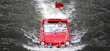 Auto's varen over de Amsterdamse grachten