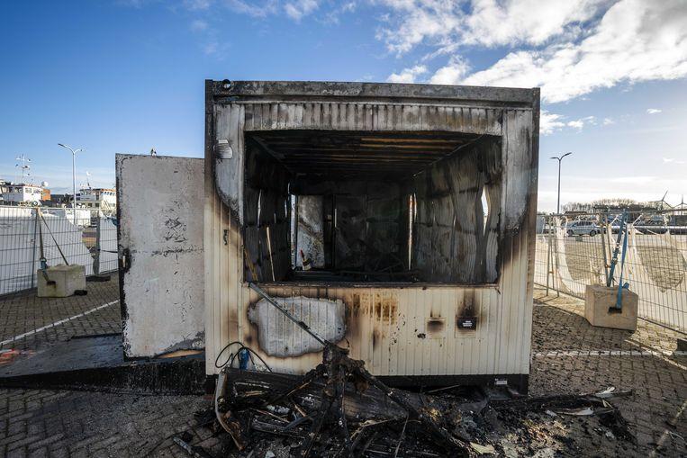 Brandschade bij de coronateststraat van de GGD op het haventerrein van Urk, waar tientallen jongeren protesteerden na het ingaan van de avondklok. Beeld Jeroen Jumelet, ANP