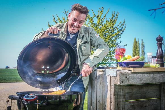 Steven Aerts aan de barbecue.