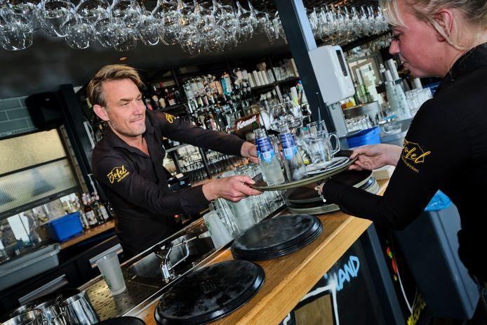 Voor Wesley de Gooijer gaat het werk gewoon door. Hier staat hij achter de bar van Jofel Vlaardingen. ,,Gelukkig hebben we nog andere zaken.''