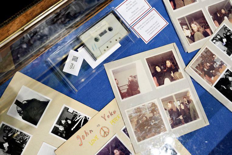 Het cassettebandje en een exemplaar van de schoolkrant met het interview met Lennon en Ono en foto's van de ontmoeting brachten 50.000 euro op.  Beeld EPA