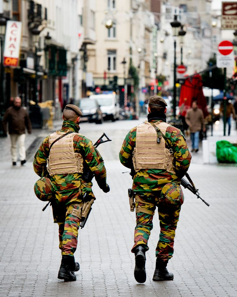 Militairen in het straatbeeld. Ze stellen Walter Zinzen allerminst gerust. Beeld ROBIN UTRECHT