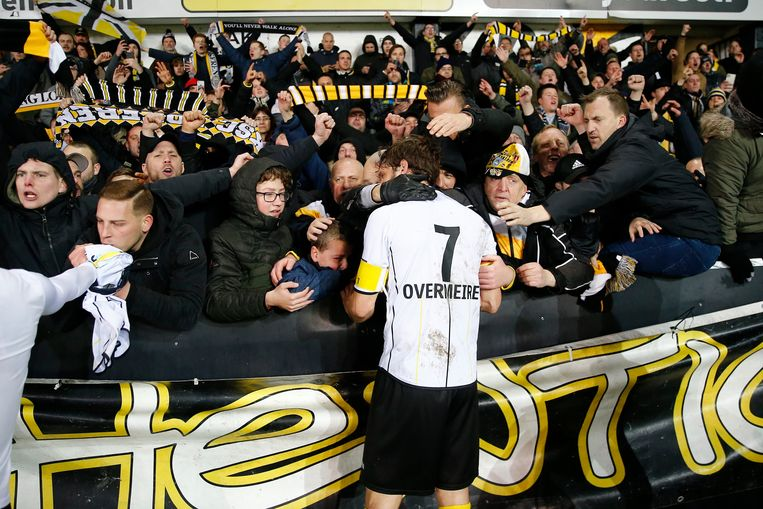 Sportingkapitein Killian Overmeire wordt omhels door fans na de match.
