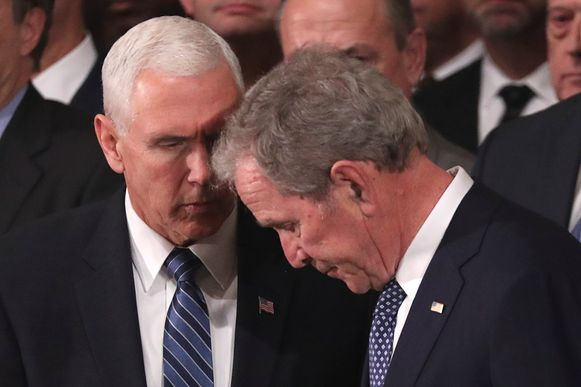 Mike Pence troost George H. Bush tijdens de ceremonie.
