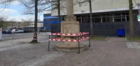 Een rood lint markeert de ongekende schande van een verloederd bevrijdingsmonument