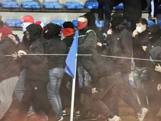 Leden harde kern FC Keulen stappen veld over om amok te maken met Genk-supporters