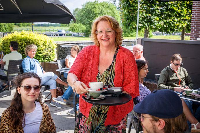 Miriam Slomp serveert koffie op het goed bezette terras van Hotel Brasserie De Pergola in Giethoorn.