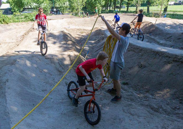 De BMX-baan in Leende onderging deze week een grondige opknapbeurt. Enkele initiatiefnemers proberen de nieuwe baan even uit.