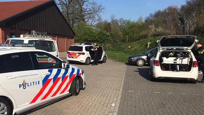 De auto was aangehouden in Winterswijk, waarna bleek dat twee inzittenden al werden gezocht.