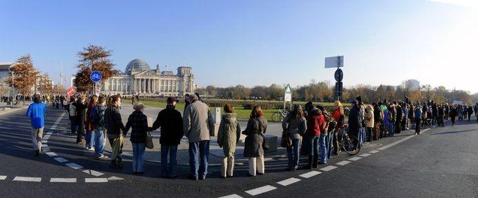 De Occupy-demonstraten vormden een menselijke ketting om het parlement.