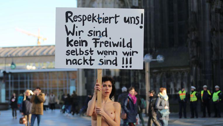 De Zwitserse performance- artieste Milo Moire protesteert bij de Dom in Keulen. 'Wij zijn geen loslopend wild.' Beeld Oliver Berg / AFP