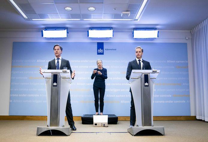 Premier Mark Rutte (L) en minister Hugo de Jonge van Volksgezondheid, Welzijn en Sport tijdens een persconferentie over de huidige stand van zaken omtrent corona in Nederland.