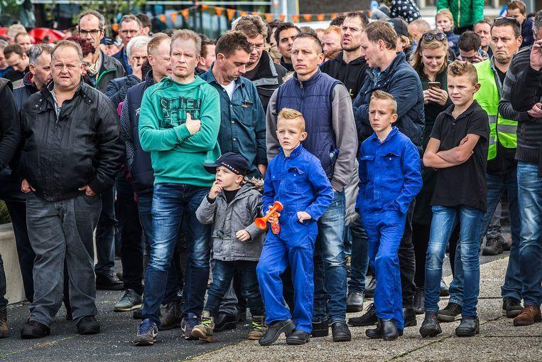 Boeren protesteren samen met hun kinderen voor het provinciehuis in Den Bosch. Beeld Arie Kievit / de Volkskrant