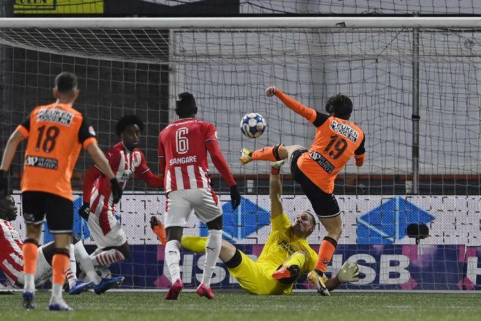 Lars Unnerstall voorkomt een treffer van FC Volendam.