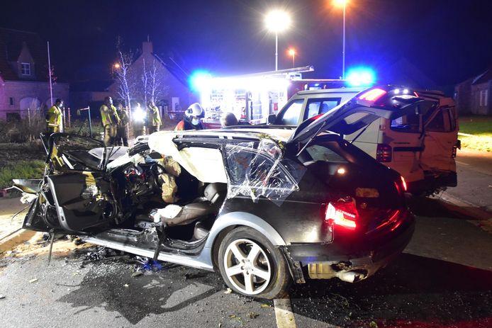 Van de Audi A6 van de aanrijder schoot nog maar weinig over, na het ongeval langs de Ieperstraat in Hooglede.