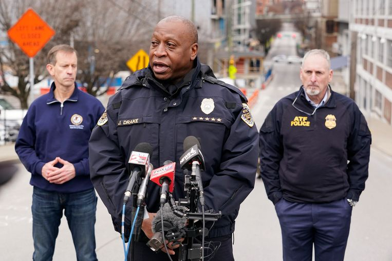 Commissaris John Drake op een persconferentie over de aanslag. Beeld AP