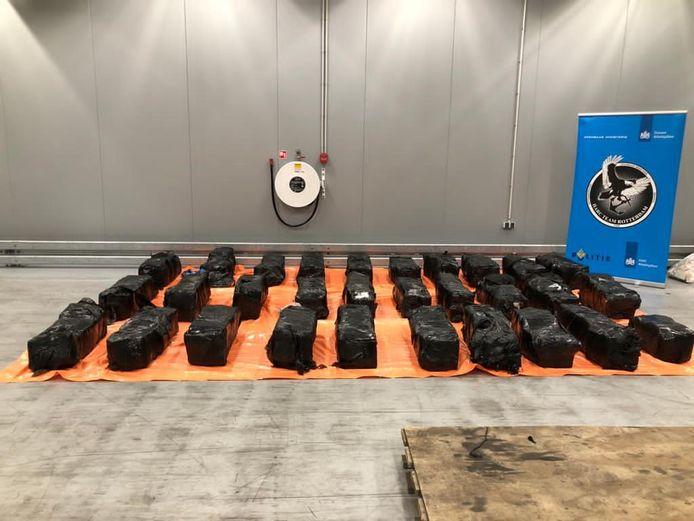 De douane nam 1050 kilo cocaïne in beslag in de Rotterdamse haven. Die zat verstopt in een container met haarproducten.