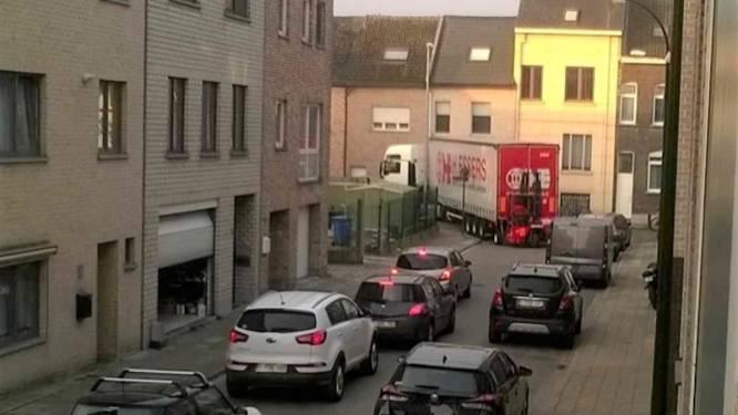 """Vrachtwagens vernielen auto's en gevels en veroorzaken files: """"Moeten er eerst ongelukken gebeuren?"""""""