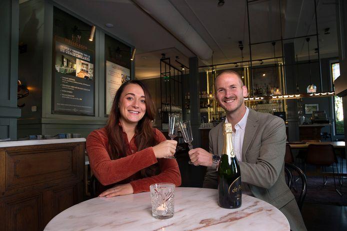Mart Schutten en zijn vriendin Roos moesten vanwege corona hun bruiloft uitstellen.