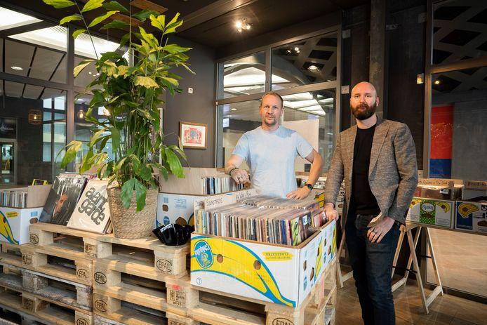 Guido Segers en Jorden Tiebout etaleren hun platen zoals van oudsher in bananendozen.