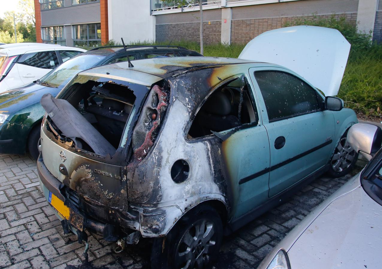Voor de derde keer in korte tijd is in Crabbehof een auto in vlammen opgegaan. Dit keer moest een auto aan de Tak van Poortvlietstraat in Dordrecht het ontgelden.