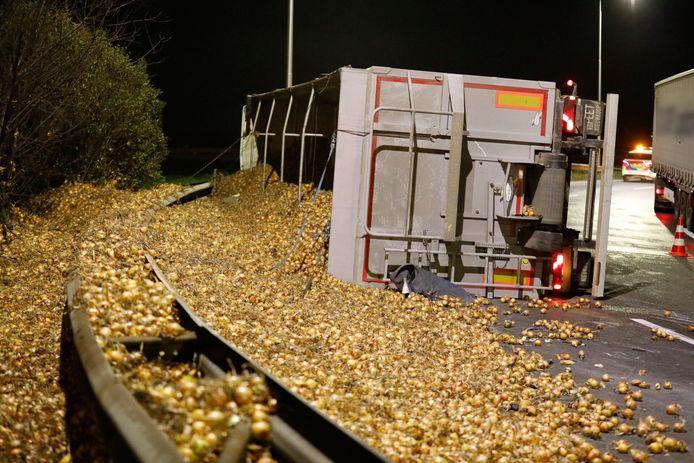 Op de A58 is een vrachtwagen vol uien gekanteld.