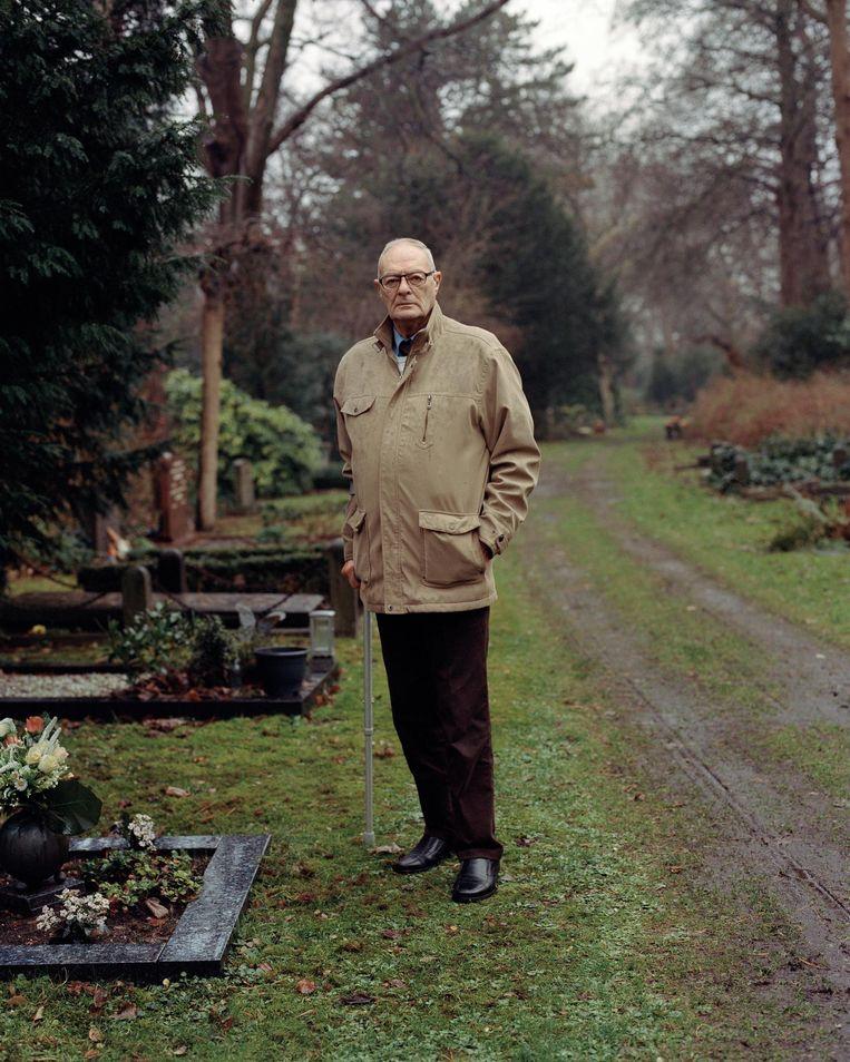 Arie Visser bezoekt elke zondag de graven van zijn vrouw, schoonzus en ouders. 'Dat houd ik vol tot de laatste traan.' Beeld Maarten Boswijk
