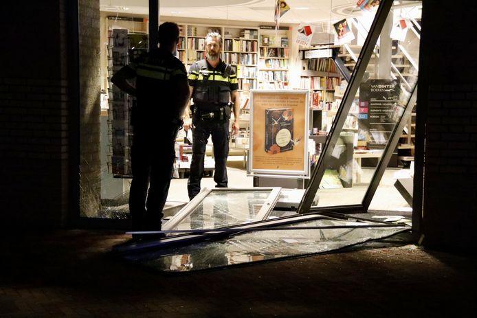 De politie bekijkt de schade aan de pui.