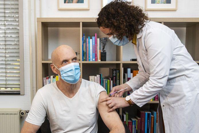 Voorzitter van het Landelijk Netwerk Acute Zorg Ernst Kuipers, toen hij zelf vanwege zijn leeftijd een coronavaccin ontving van AstraZeneca bij huisarts Martine Heemskerk-Maat.