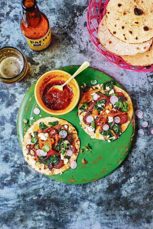 Taco's met spinazie, chorizo en aardappel.