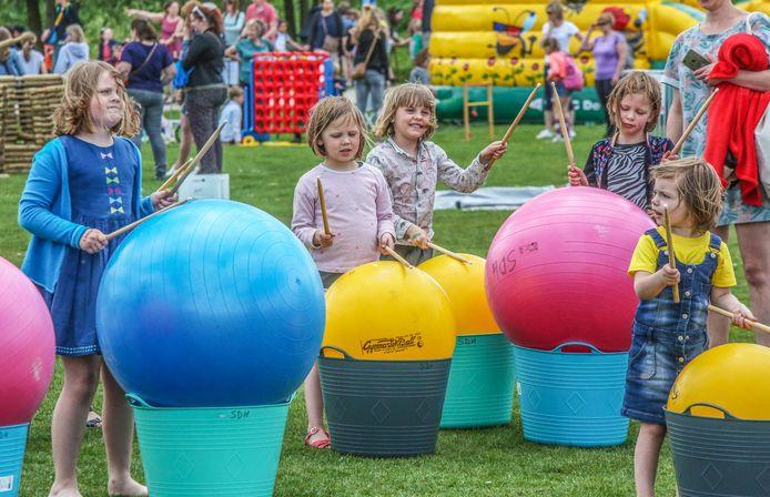 Zo'n 1.400 kinderen hebben zich woensdag uitgeleefd op de zesde editie van de Buitenspeeldag in provinciaal domein De Gavers, een organisatie van de Provincie, Stad Harelbeke en Gemeente Deerlijk.