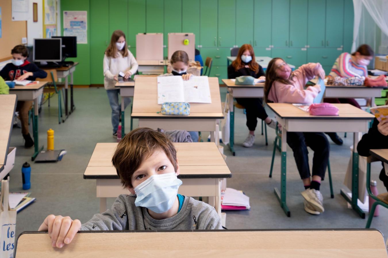 Leerlingen van de derde graad van Gebo dragen mondmaskers in de klas.