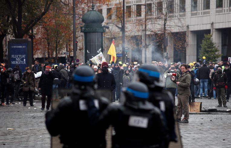 Ook op de Place d'Italie in het zuiden van Parijs kwam het tot confrontaties tussen politie en demonstranten.  Beeld EPA