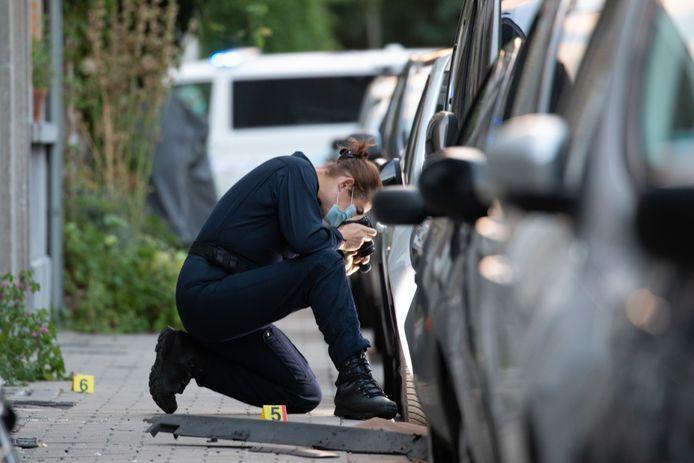 De recherche onderzoekt de schade na één van de granaataanslagen in Deurne.